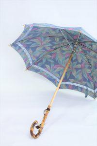 きもの日傘 水色紬着物 斜めから見た