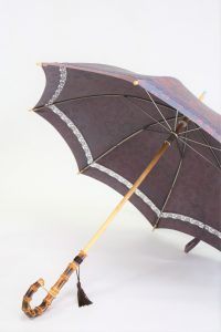きもの日傘 梅柄の着物 斜めから見た